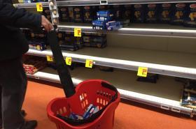 Lidé v Miláně vykupují zboží v supermarketech