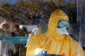 Řidič v ochranném obleku proti koronaviru