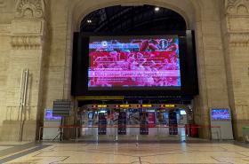 Zavřený vstup do hlavního nádraží v Miláně