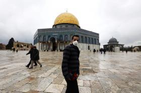 Muž s maskou na Chrámové hoře v Jeruzalémě