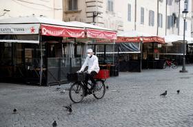 Vylidněná ulice v Římě