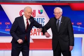 Biden a Sanders během jedné z televizních debat