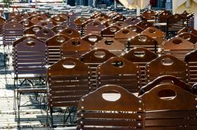 Židle bez hostů kaváren a restaurací na jinak rušném turistickém náměstí v Berlíně