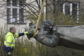 Odstraňování sochy maršála Koněva