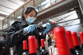 Inspekce vzorku vína čínské produkce