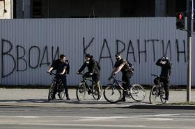 """""""Zaveď karanténu,"""" hlásá nápis v Minsku"""