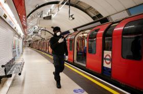 Londýnské metro v první den uvolnění opatření
