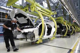 Výroba vozů v závodě Mercedes v Německu