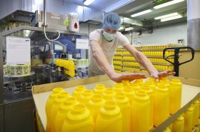 Pracovník u výrobní linky v sušickém závodě firmy Spak Foods