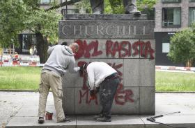 Odstraňování nápisu z podstavce sochy Winstona Churchilla