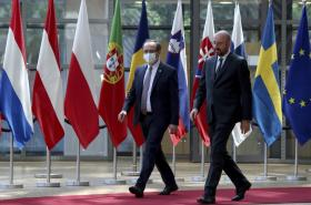 Kosovský premiér Avdullah Hoti (vlevo) v doprovodu předsedy Evropské rady Charlese Michela