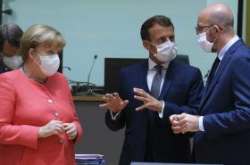 Emmanuel Macron, Angela Merkelová a Charles Michel na summitu EU