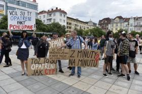 Protest proti chaotickému informování o viru