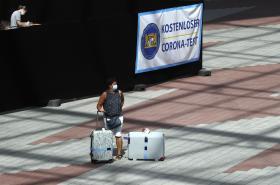 Žena u testovacího centra pro koronaviry na letišti v Mnichově