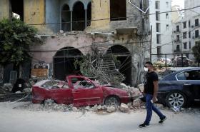 Trosky nedaleko místa exploze v Bejrútu