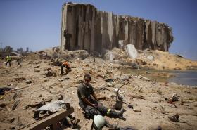 Prohledávání místa po masivní explozi v Bejrútu