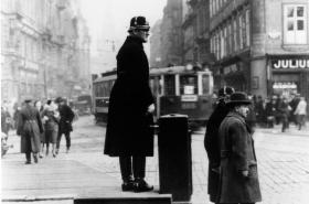 Dopravní strážník na Václavském náměstí (1932)