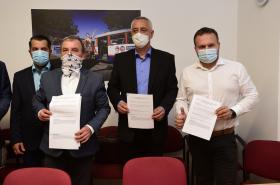 Dalibor Horák (ODS), Josef Suchánek (Piráti a STAN) a Marian Jurečka (KDU-ČSL) po podpisu memoranda