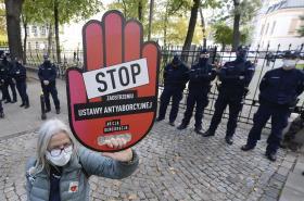 Zastánkyně práva na potrat před budovou polského ústavního soudu