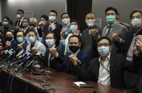 Devatenáct rezignujících opozičních poslanců v Hongkongu