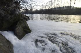 Do Bečvy unikly 24. listopadu látky, které zpěnily vodu řeky