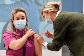 Jako první dostala v Nizozemsku vakcínu pečovatelka z domova pro seniory Sanna Elkadiriová