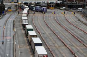 Kolona kamionů čeká v Doveru na celní kontrolu
