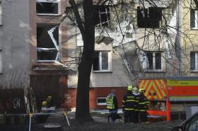 Zásah hasičů u požáru v pětipatrovém domě v Ostravě - Hrabůvce