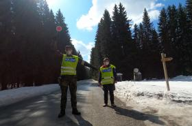 Policisté dodržují dodržování protiepidemických opatření na horách