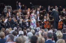 Koncert České filharmonie v zámeckém parku na Sychrově