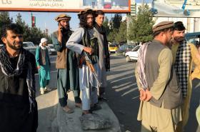 Bojovníci Talibanu před mezinárodním letištěm v Kábulu