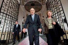Tehdejší západoněmecký ministr zahraničí Hans-Dietrich Genscher na německém velvyslanectví v Praze