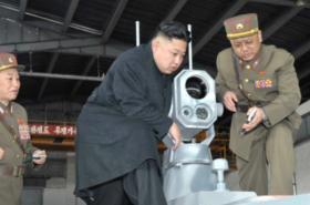 Kim Čong-un ve vývojové laboratoři