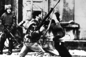 Krvavá neděle - Voják útočíl na protestujícího