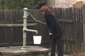 I starostka Březové musí pro vodu k pumpě