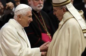 Uvedení nových kardinálů do úřadu se zúčastnil i emeritní papež Benedikt