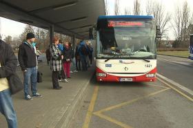 Cestující v Mělníku čekají na autobus do Prahy