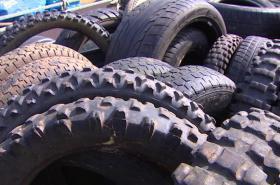 Vozík plný odhozených pneumatik