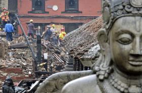 V Káthmándú pokračuje odklízení trosek zpustošených budov