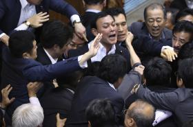 Při projednávání se v parlamentu strhla potyčka