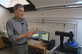 Profesor Václav Švorčík u atomového mikroskopu