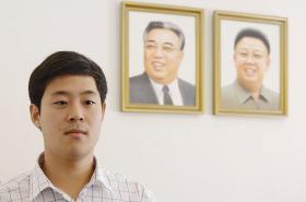 Ču Won-mun s portréty severokorejských vládců