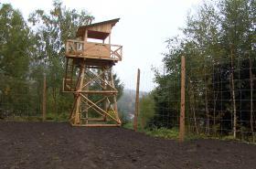Strážní věž připomíná komunistický pracovní tábor z 50. let