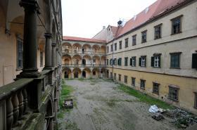 Chátrající zámek v Moravském Krumlově