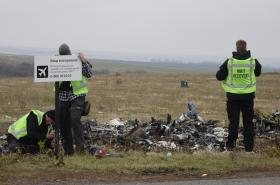 Vyšetřovací tým na místě havárie MH17