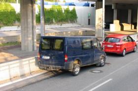 Řidič jaguarem vytlačil dodávku na betonová svodidla