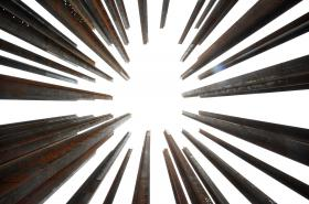 Oběti železné opony připomíná 53 železných stél