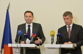Ministři financí Andrej Babiš a Peter Kažimír