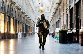 Voják protiteroristické jednotky prochází pasáží královské galerie v Bruselu