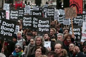Demonstrace proti zapojení Británie do náletů v Sýrii